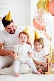 庆祝婴儿男婴` s第1次生日聚会的愉快的家庭画象 库存图片