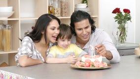 庆祝孩子生日的家庭全景 股票视频