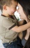 庆祝密切联系爱家庭的母亲和儿子债券 库存照片
