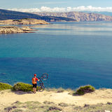 庆祝富启示性的看法的山骑自行车的人在海 免版税库存图片