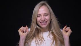 庆祝年轻俏丽的白肤金发的女性特写镜头画象是惊奇和看照相机有背景 影视素材