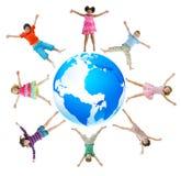 庆祝幸福概念的小组孩子 免版税库存照片