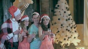 庆祝庆祝圣诞节女儿帽子母亲圣诞老人佩带 拿着杯香槟的朋友做多士欢呼 关闭 股票录像