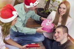 庆祝庆祝圣诞节女儿帽子母亲圣诞老人佩带 库存图片
