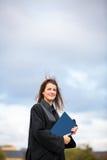 庆祝快乐她的毕业的俏丽,少妇 免版税库存照片