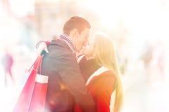 庆祝情人节的可爱的年轻夫妇 拥抱和亲吻 免版税图库摄影