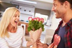 庆祝情人节的夫妇 免版税库存图片