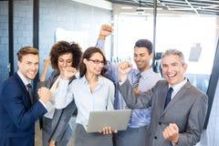 庆祝愉快的成功小组的商业 免版税库存图片