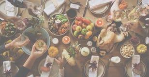 庆祝感恩节概念的人欢呼 免版税库存照片