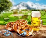 庆祝慕尼黑啤酒节的椒盐脆饼和品脱啤酒 免版税库存图片