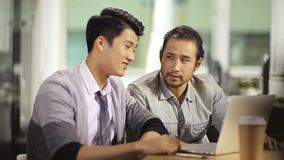 庆祝成功和成就的亚裔商人 股票录像