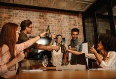 庆祝成功用啤酒的不同种族的商人 免版税库存图片