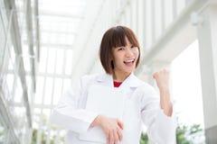 庆祝成功的亚裔医疗人民。 库存图片