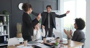 庆祝成功的企业队在会议室 影视素材