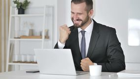 庆祝成功的商人,研究膝上型计算机 影视素材