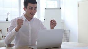 庆祝成功的商人,研究膝上型计算机 股票录像