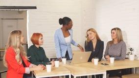 庆祝成功的国际组织愉快的妇女在队会议上 股票视频
