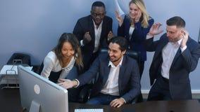 庆祝成功的多种族企业队在办公室 免版税图库摄影