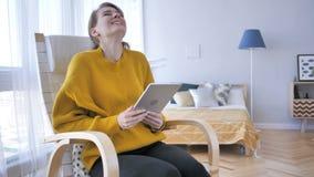 庆祝成功的激动的妇女,当使用片剂计算机时 影视素材