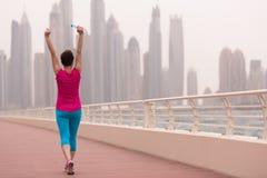 庆祝成功的训练奔跑的少妇 免版税库存照片