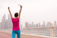 庆祝成功的训练奔跑的少妇 免版税库存图片