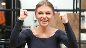 庆祝成功,激动的女孩欢呼的画象 免版税图库摄影