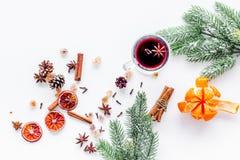 庆祝新年与热的饮料的冬天晚上 被仔细考虑的酒或酒成份 白色背景顶视图 空间为 库存图片