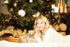 庆祝新年度 一间美好的装饰的屋子的庆祝有圣诞树的与礼物在它下 免版税图库摄影