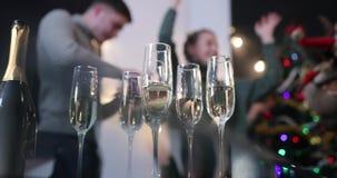 庆祝新年度 当照相机集中于香槟槽时,人们在背景跳舞 影视素材
