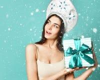 庆祝新年度 花姑娘,长的平直的飞行的头发,传统俄国帽子盖帽银kokoshnik,拿着礼物盒 免版税库存图片