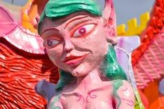 庆祝新年的许多五颜六色和奇怪面具 免版税库存照片