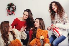 庆祝新年的四青年人 免版税库存照片