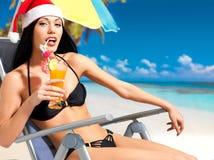 庆祝新年的妇女在海滩 免版税库存图片