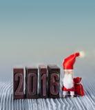 2016年庆祝明信片模板 与袋子的圣诞节晒衣夹圣诞老人礼物 免版税图库摄影