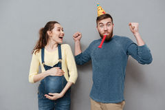 庆祝未来儿童诞生的一个愉快的年轻家庭的画象 图库摄影