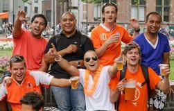 庆祝杯子的阿姆斯特丹扇动橄榄球世&# 库存图片