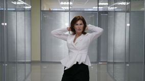 庆祝某事在办公室背景的愉快的年轻女实业家 影视素材