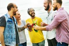 庆祝欢呼一起喝朋友概念的行家 免版税库存图片