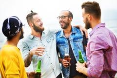 庆祝欢呼一起喝朋友概念的行家 免版税库存照片