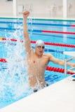 庆祝欢呼的适合的健身风镜愉快的男性人设计池微笑的体育运动成功游泳游泳者游泳胜利佩带的赢取的黑人盖帽白种人 欢呼人的游泳庆祝胜利成功微笑愉快在水池佩带的游泳风镜和 库存图片