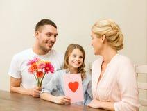 庆祝母亲节的愉快的家庭 免版税库存照片