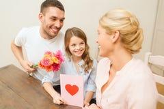 庆祝母亲节的愉快的家庭 免版税库存图片