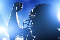庆祝比分和胜利的美国橄榄球运动员 免版税图库摄影