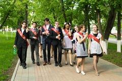 庆祝毕业的俄国学童 免版税库存图片
