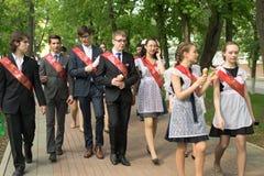 庆祝毕业的俄国学童 免版税库存照片