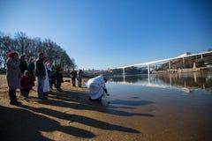 庆祝沐浴在俄罗斯正教会教区的杜罗河河的耶稣和突然显现洗礼  免版税图库摄影