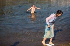 庆祝沐浴在俄罗斯正教会教区的杜罗河河的耶稣和突然显现洗礼  库存图片