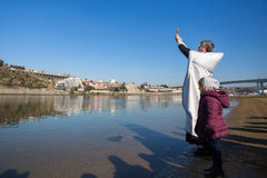 庆祝沐浴在俄罗斯正教会教区的杜罗河河的耶稣和突然显现洗礼  库存照片