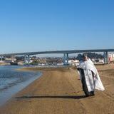庆祝沐浴在俄罗斯正教会教区的杜罗河河的耶稣和突然显现洗礼  图库摄影