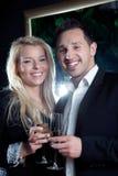 庆祝特别片刻的快乐的夫妇 免版税库存照片